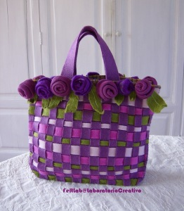 come fare borsa in feltro con intrecci e rose