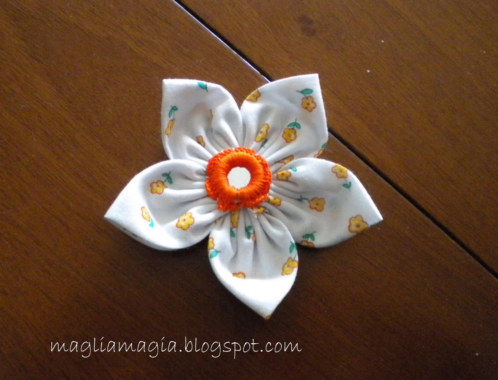 Come si fanno i fiori di stoffa for Fermaporta fai da te in stoffa