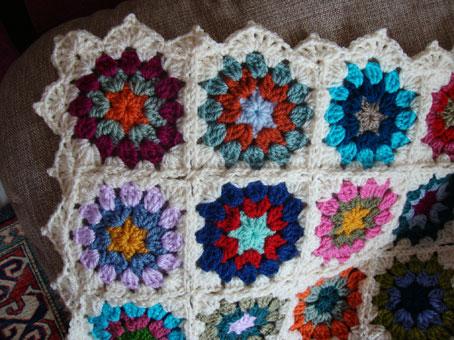 Come fare mattonella esagonale a uncinetto con fiore in rilievo