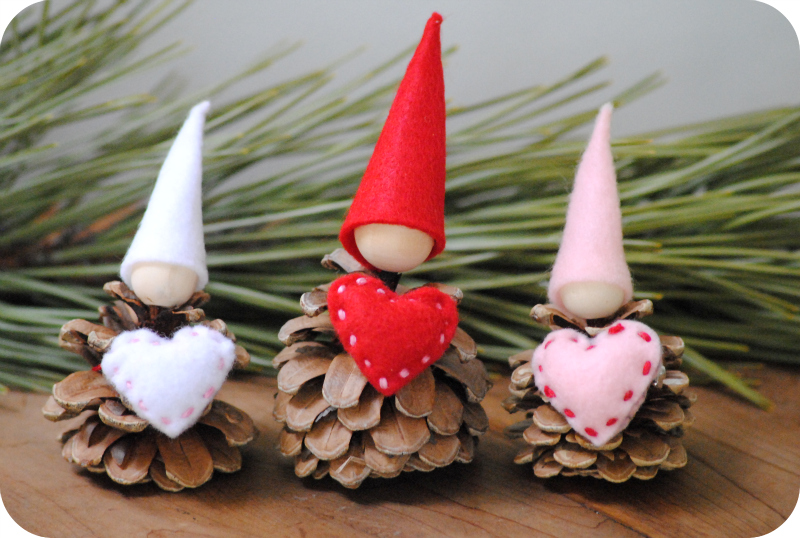 Gnomi con pigne per san valentino tutorial for Gnomi di stoffa fai da te